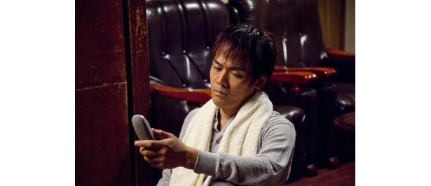 東京に住む妹からの電話に辟易する和田(森崎博之)