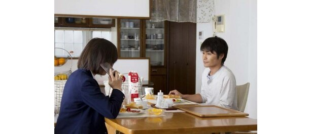 仕事のない浦田(右・安田顕)に娘(左・伊藤沙莉)はろくに口もきかない