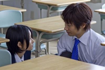 結婚を目前にした三浦(戸次重幸・右)だが、、教え子の優菜(田﨑アヤカ・左)にときめいてしまう