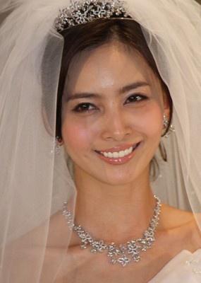ウエディングドレスの加藤夏希。