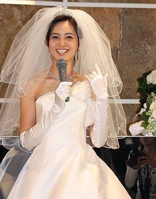 純白のドレスで満面の笑み!