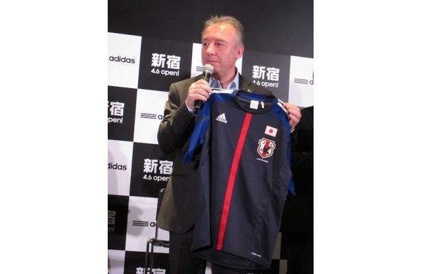 日本代表のユニフォームをプッシュするザッケローニ監督