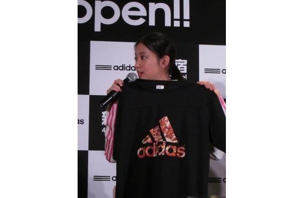 ラッキーナンバー3入りのTシャツをお勧めする武井咲さん