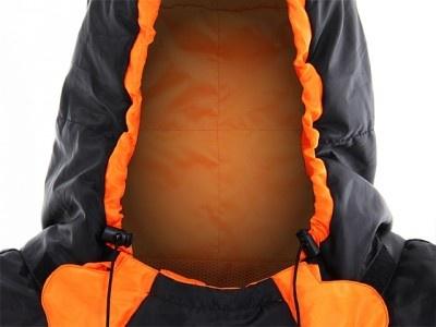 襟元のドローコードを引くとフードの開口量が調節できる