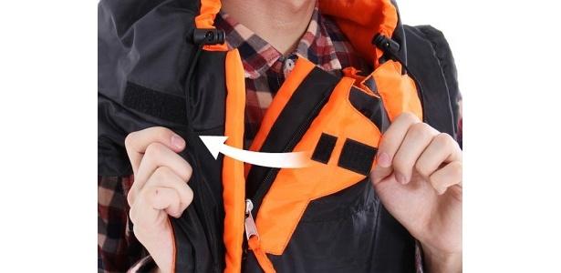 あらゆる体型や気候に合わせてサイズや通気性を調節できるベルクロテープを、首もとと腰に配置