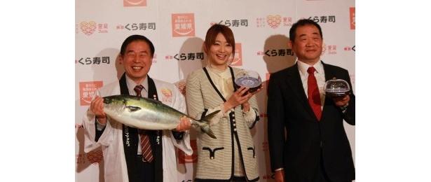 宇和島市長・石橋寛久氏、眞鍋かをり、くら寿司社長・田中邦彦氏(写真左から)