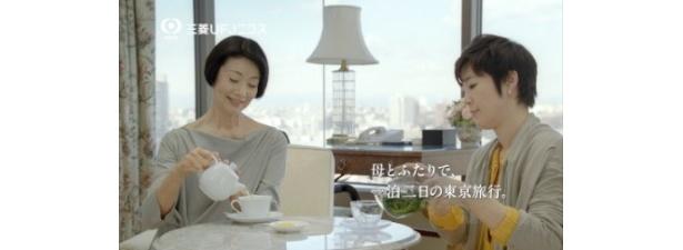 三菱UFJニコスのプラチナカードで親子共演を果たした富司純子と寺島しのぶ(写真左から)