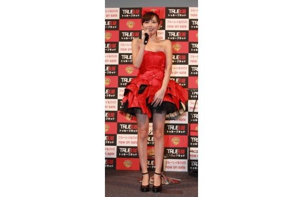 ヴァンパイヤを意識した赤いドレスで登場