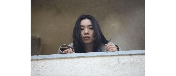 Cocco演じる琴子は、歌っている時以外は、世界がふたつに見えるという精神的な病を抱えている