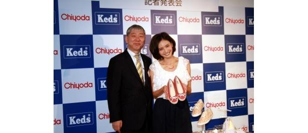 会見に登場したチヨダ取締役マーケティング本部の白土孝本部長と加藤夏希(写真左から)