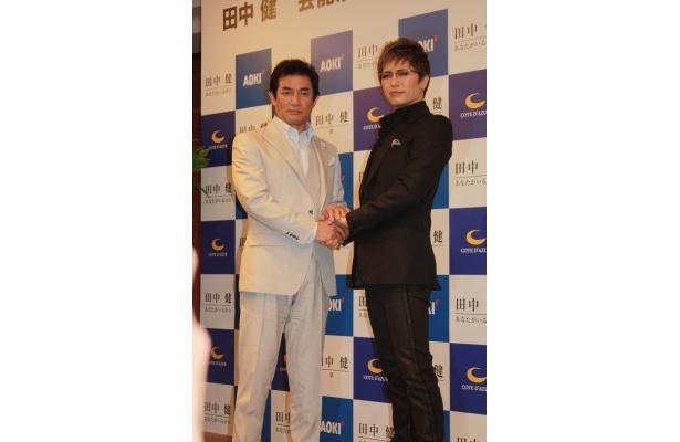 芸能生活40周年記念パーティーを開催した田中健と後見人を務めたGACKT