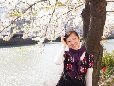 福岡市内の那珂川沿いの桜の木陰で撮影の笑顔が素敵なキュートな三宅さん!