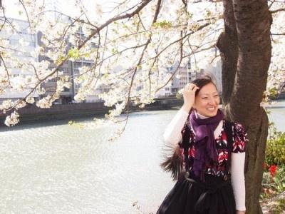 4月上旬の桜満開の下での撮影で、強風のため一時撮影を休止中の三宅さんリラックス中!