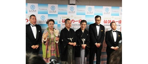 1回目公演の口上を努めた、左から、宮川大介・花子、桂文珍、林家染丸、オール阪神・巨人