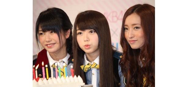 【写真】峯岸みなみさん、横山由依さん、梅田彩佳さんの3人は「ひかりTV」会員200万人突破を祝い、ケーキを囲んだ