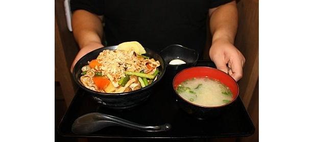 """すた丼""""大学丼""""の1つ「早稲田丼」"""