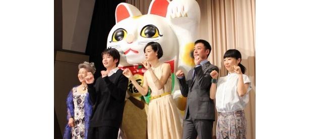 巨大招き猫と共にハッピーカモン!