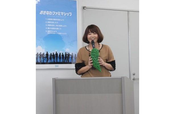 CM「家族家」でママ役を務めている玉城美香が司会進行役で登場