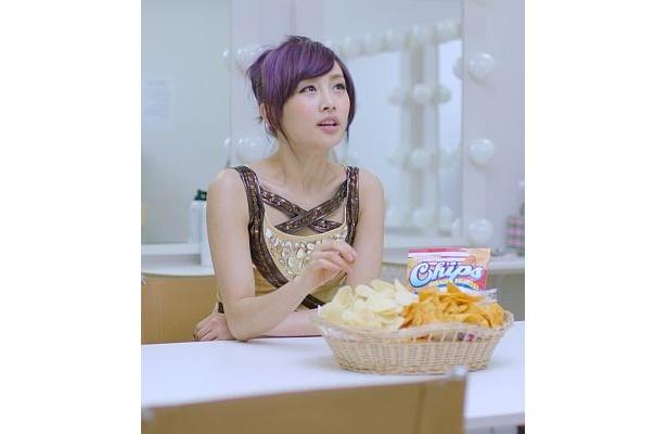CMのニコルさんは、「カロリーの高いスナック菓子を食べ過ぎて、ポッチャリしてしまう」と、妄想する役どころ