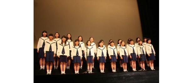 杉並児童合唱団が主題歌を披露
