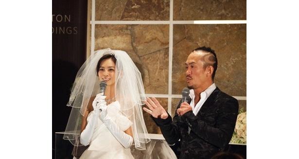 ヒルトン・ウェディングの新サービスを発表する加藤夏希と兼子ただし