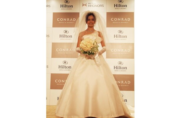 純白のウェディングドレス姿を披露する加藤夏希