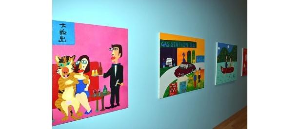 個性的な絵画が多数展示されている