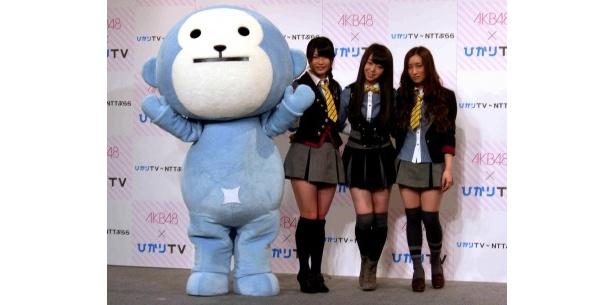 ひかりTVのキャラクターと撮影に応じる横山由依、峯岸みなみ、梅田彩佳(左から)