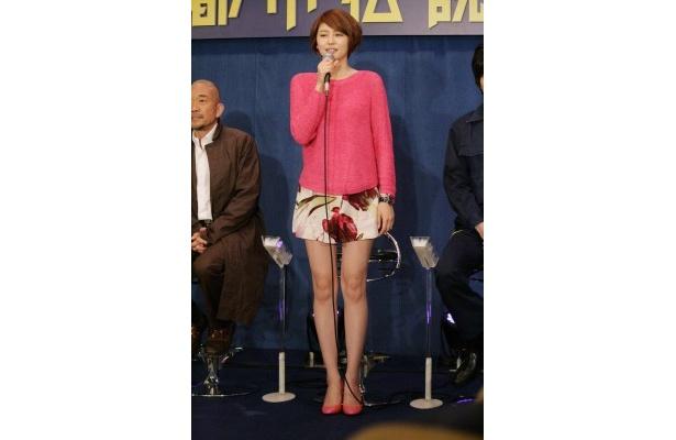 音無月子役の長澤まさみ。美脚をあらわにした衣装で登場