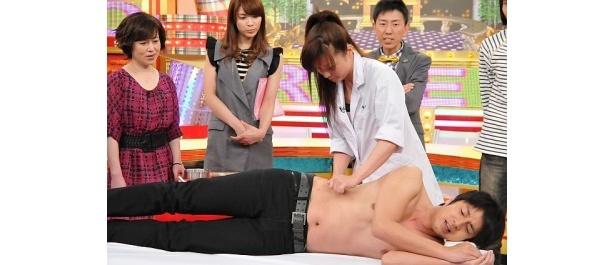 【写真】なぜか裸で横たわるチュートリアル・徳井…気になる収録の模様をちょい見せ!
