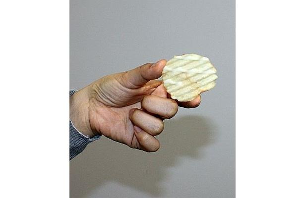【写真】厚切りポテトチップスにバニラクリームをライン掛け!
