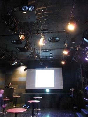 ホール内の壁には映像が投影される