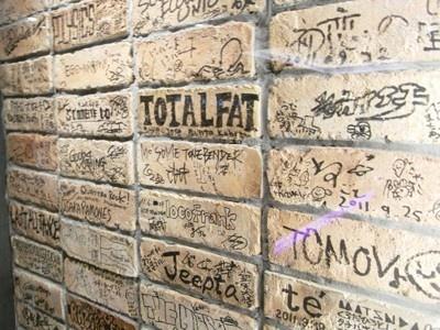 ホワイエに飾られた旧心斎橋店の壁レンガ
