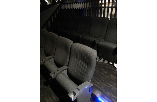 ホール内に設置された椅子席