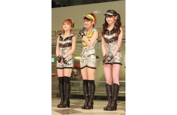 「12人のパフォーマンスを楽しんでください」とファンにあいさつする新垣(写真中)