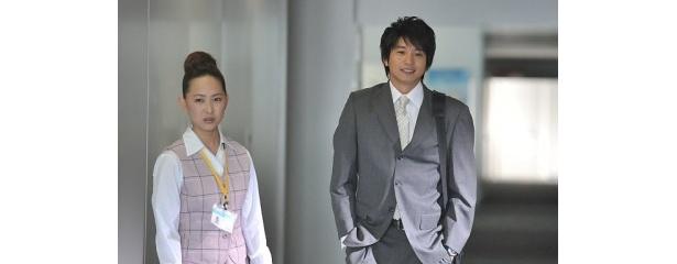 「たぶらかし~代行女優業・マキ~」第4話にゲスト出演する向井理(右)と主演の谷村美月(左)