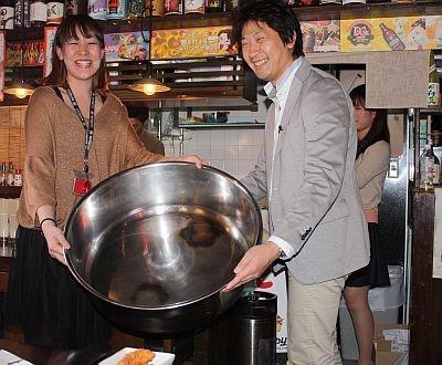 """巨大なタライを使った""""巨大料理""""も提供される。メニューはハンバーグ(1日目)とホットケーキ(2日目)"""