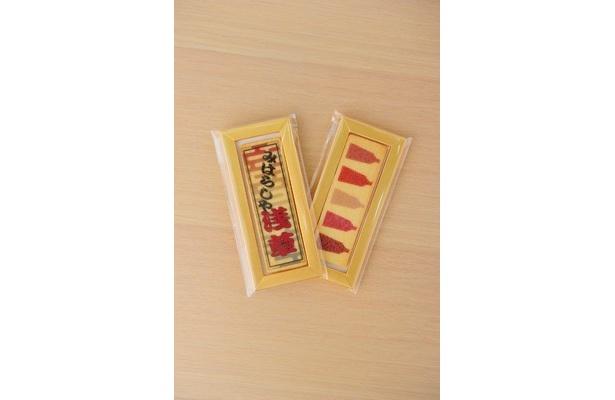 千社札クッキーや江戸小紋クッキー(1枚300円)も、2枚購入すればプチふろしきで包んでくれる