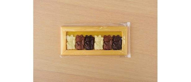招き猫チョコは6匹セットで420円。プレミアムコーヒー(800円)を頼むと、バラで2匹がついてくる