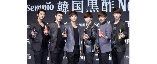CM発表会に登壇した2PM(左からテギョン、ニックン、ウヨン、ジュノ、ジュンス、チャンソン)
