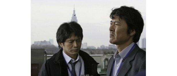 NHK記者を演じる萩原聖人と豊原功補(写真左から)
