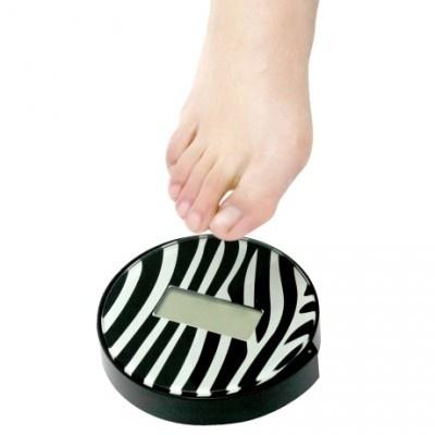 片足で測定できる体重計「BGO-14 シングルステップスケールAnimal cercle」(各1780円/全3色)