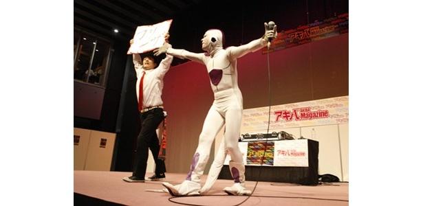 吉本興行に所属するお笑い二人がアニソンディスコとして登場し会場を盛り上げた