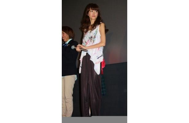 【写真をもっと見る】桐谷美玲はノースリーブのブラウスとパンツで登場。すらっとした肢体にドキッ!