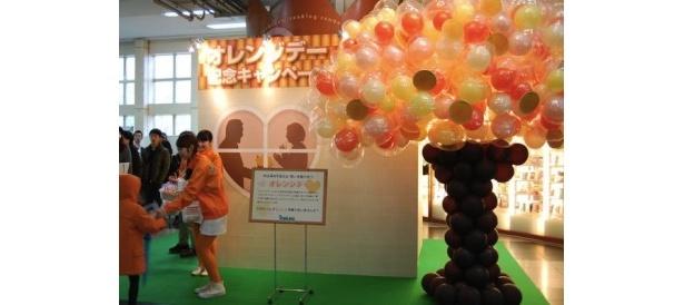 風船で形作ったオレンジの木が飾られ、明るい雰囲気に