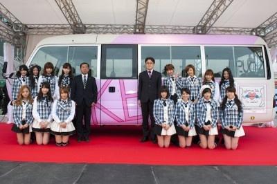 ラッピングバスとAKB48のメンバー