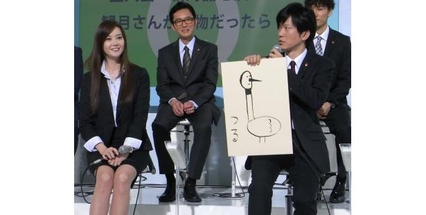 """片岡が「大好き!」と絶賛する絵を見せる""""田辺画伯"""""""