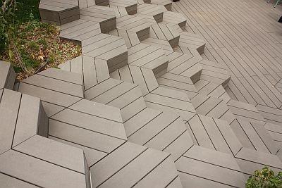 蜂の巣をイメージしたという不思議な階段