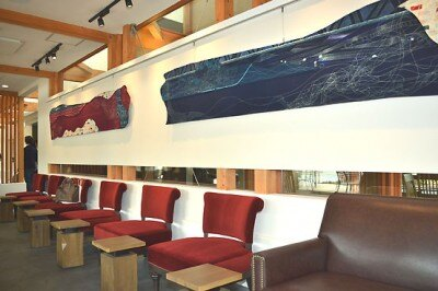 壁にはアート作品も展示されている
