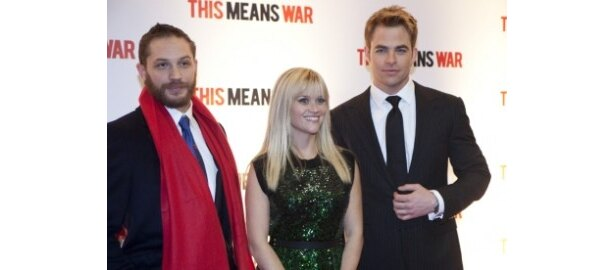 左から、タック役のトム・ハーディ、ローレン役のリース・ウィザースプーン、FDR役のクリス・パイン